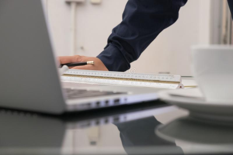 Image d'ingénieur architecturale avec le sketc d'ordinateur portable et de modèles images stock