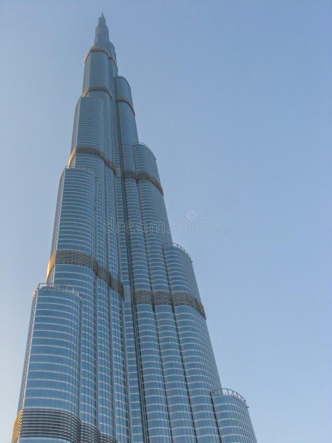 Image d'isolement de point de repère de Burj Khalifa à Dubaï contre le ciel bleu photo libre de droits