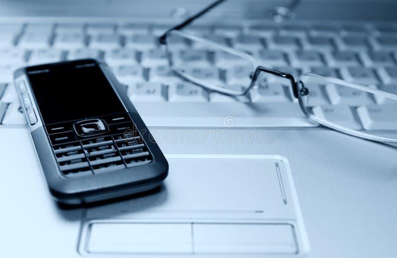Image d'ordinateur portatif avec les glaces et le téléphone mobile photos stock