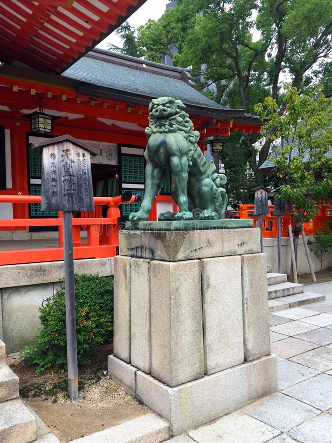 Image d'un chien-lion en bronze de Komainu comme la statue du tombeau d'Ikuta en Kobe City, Japon photographie stock libre de droits
