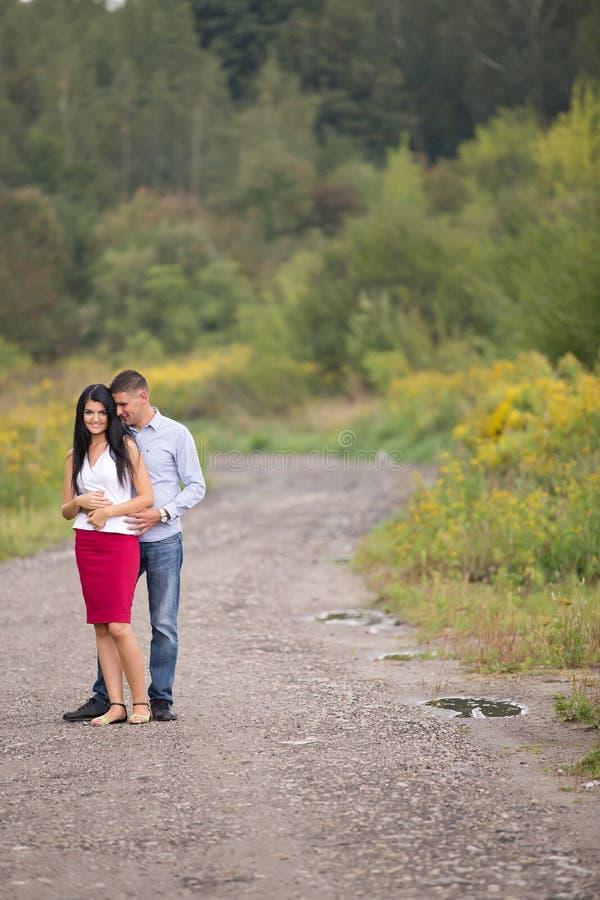 image d'un couple regardant l'un l'autre images libres de droits