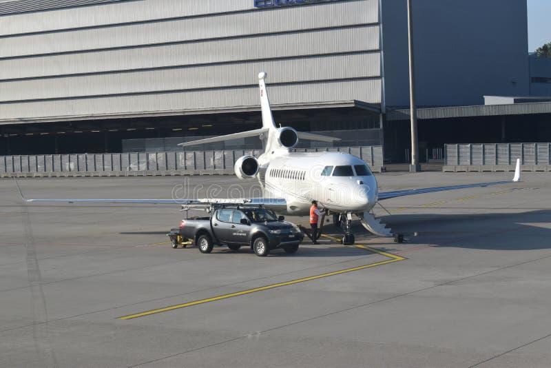 Image d'un jet privé en cours de préparation pour le voyage images libres de droits