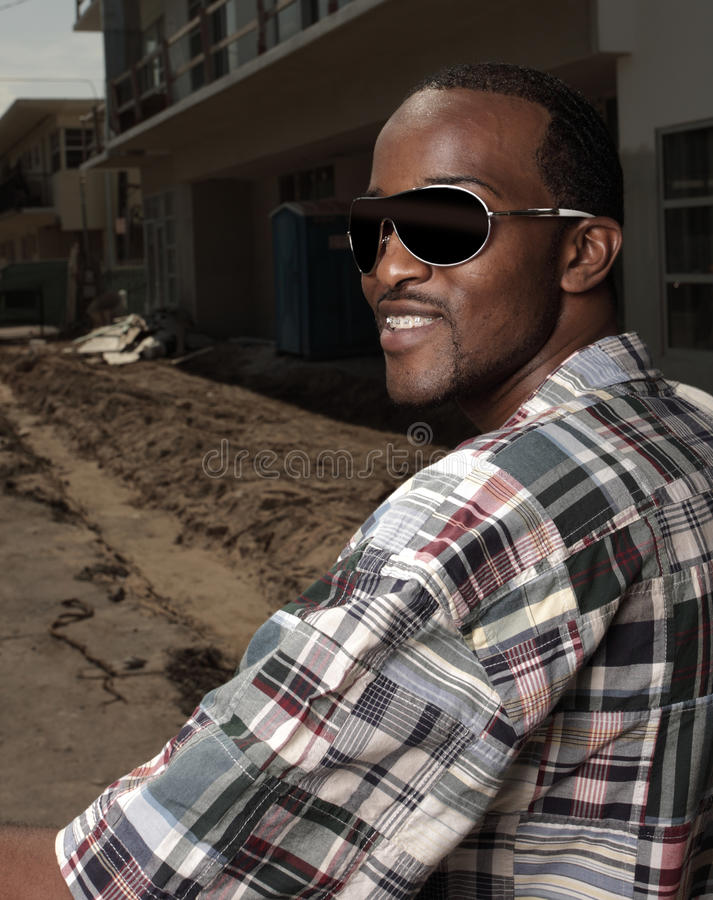 Image d'un mâle souriant avec des lunettes de soleil images libres de droits