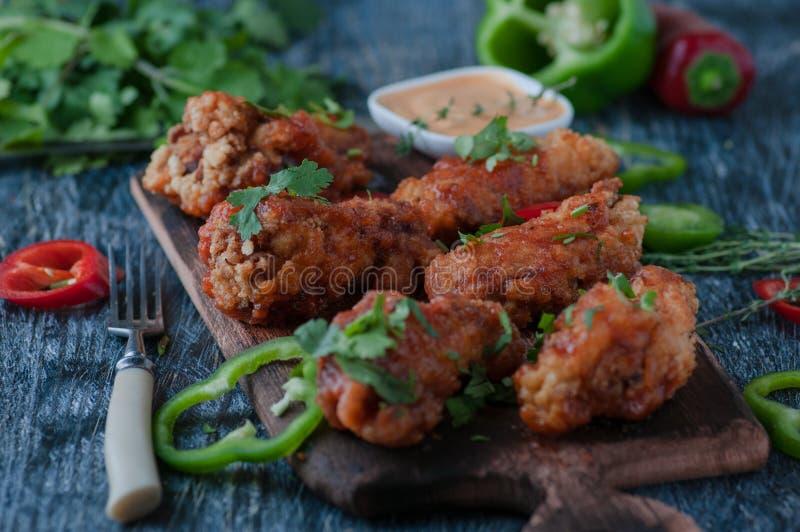 Image d'un poulet cuit au four dans un four images libres de droits