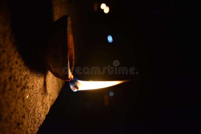 Image d'une lampe à pétrole allumée images libres de droits