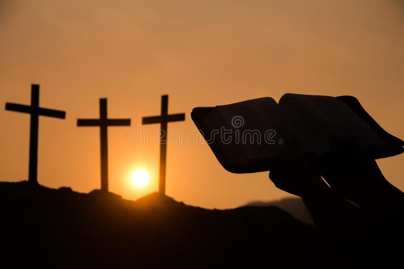 Image d'une personne chrétienne lisant une bible avec le chapelet, photo stock