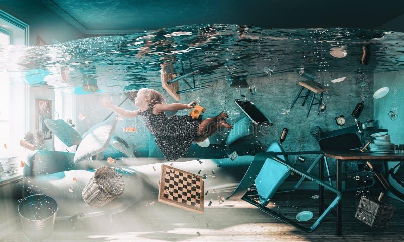 Image d'une petite fille flottant dans l'eau photo stock