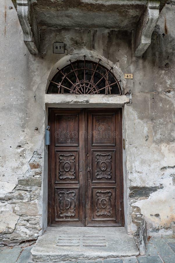Image d'une porte caractéristique d'un village antique photos libres de droits