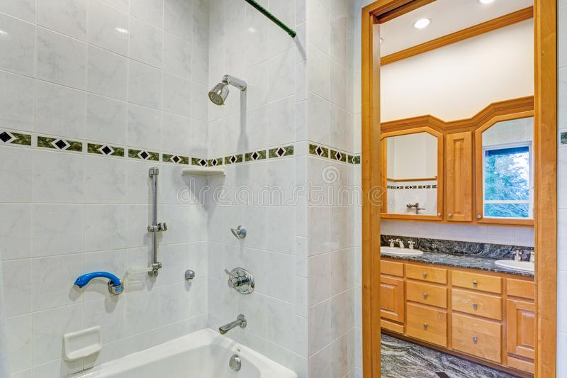 Image d'une salle de bains d'ensuite d'une chambre à coucher photographie stock libre de droits