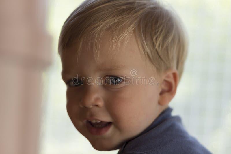 Image de bébé garçon mignon, portrait de plan rapproché d'enfant adorable sur le fond brouillé, enfant en bas âge doux avec des y images stock