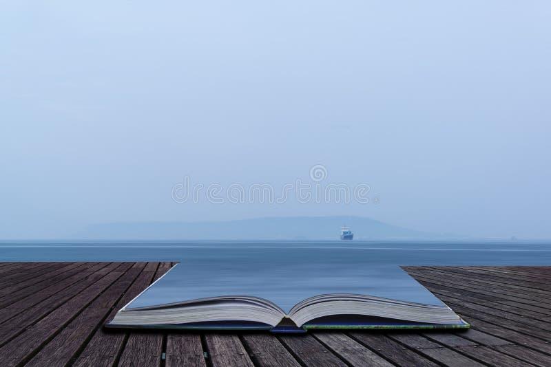 Image de bateau simple de fret en mer ouverte avec le vaste espace ouvert Co photos libres de droits