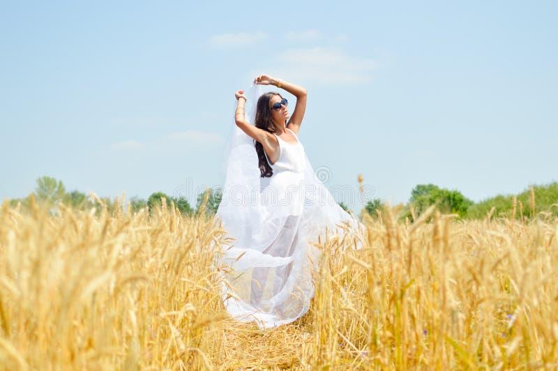 Image de belle jeune dame romantique joyeuse dessus image libre de droits