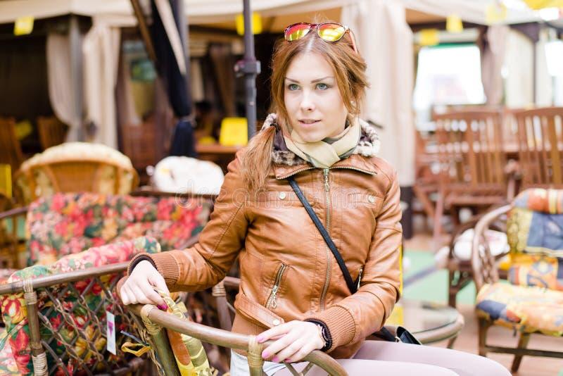 Image de belle jeune femme se reposant sur les chaises molles choisissant des meubles pour la maison dans le portrait du marché image libre de droits
