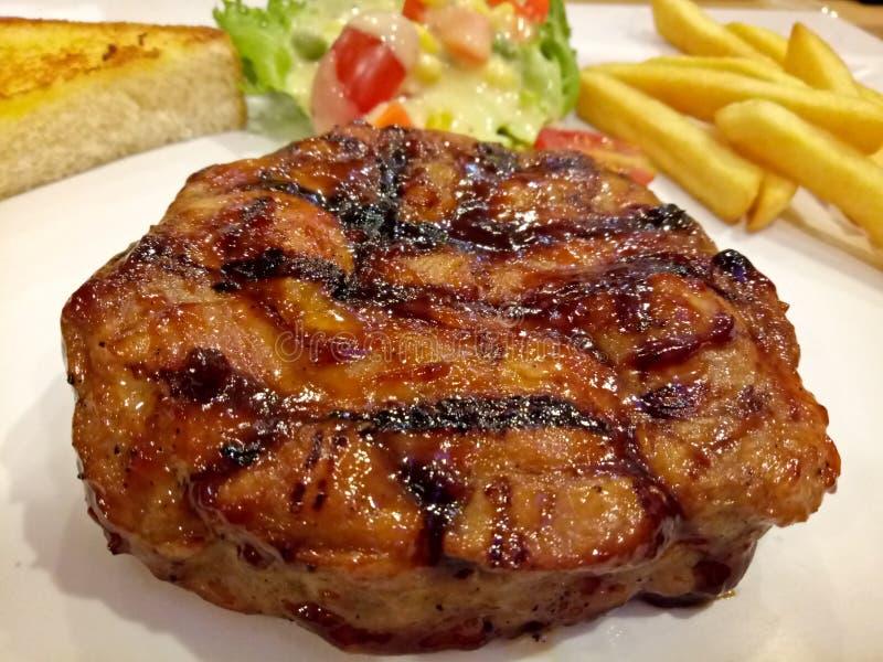 image de bifteck, de pommes frites et de légumes grillés photo stock