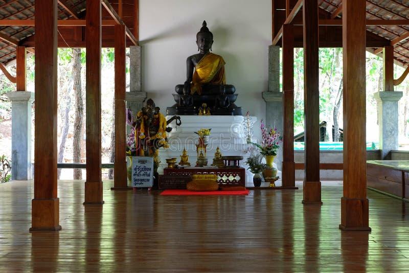 Image de Bouddha à l'intérieur du pavillon en bois chez Wat Chalermprakiat Temple images libres de droits