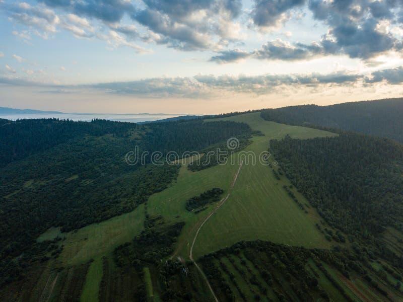 image de bourdon vue aérienne de secteur de montagne rural en Slovaquie, vil photographie stock libre de droits