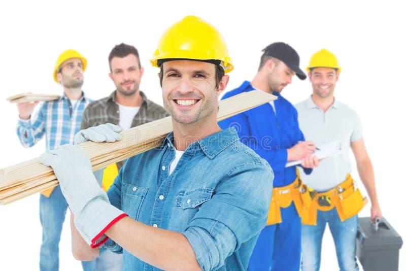 Image de charpentier heureux portant les planches en bois illustration stock