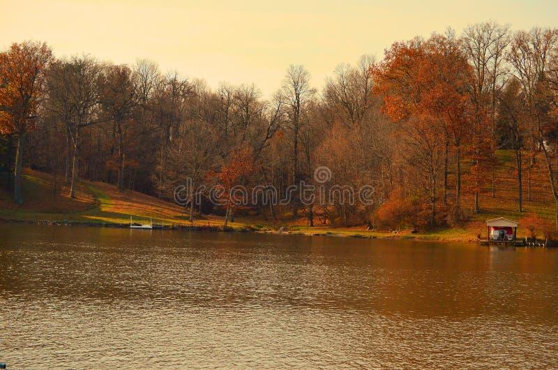 Image de chute par le lac images libres de droits