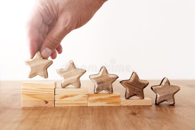 Image de concept d'affaires de fixer un but de cinq étoiles augmentez l'id?e d'estimation ou de rang, d'?valuation et de classifi photos stock