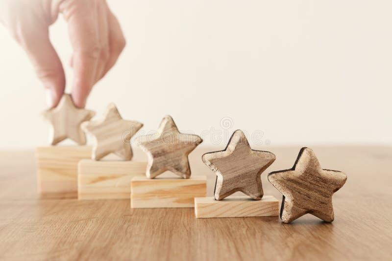 Image de concept d'affaires de fixer un but de cinq étoiles augmentez l'id?e d'estimation ou de rang, d'?valuation et de classifi photographie stock libre de droits