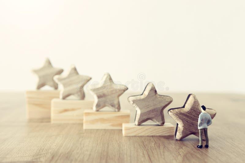 Image de concept d'affaires de fixer un but de cinq étoiles augmentez l'id?e d'estimation ou de rang, d'?valuation et de classifi images libres de droits