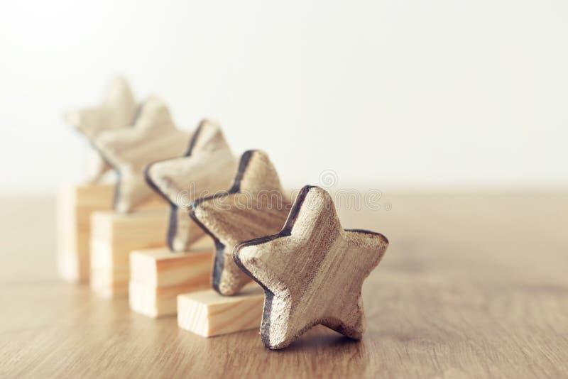 Image de concept d'affaires de fixer un but de cinq étoiles augmentez l'id?e d'estimation ou de rang, d'?valuation et de classifi image libre de droits