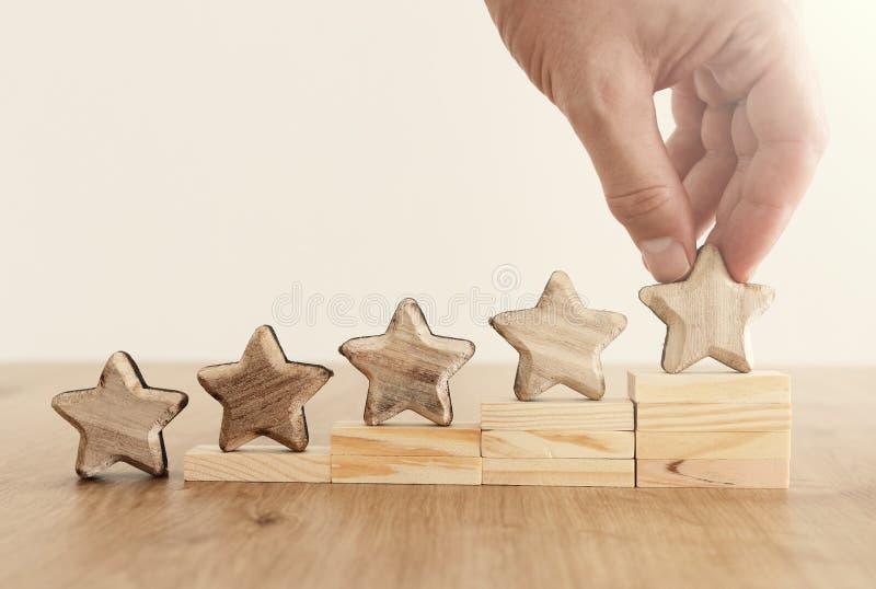 Image de concept d'affaires de fixer un but de cinq étoiles augmentez l'id?e d'estimation ou de rang, d'?valuation et de classifi image stock