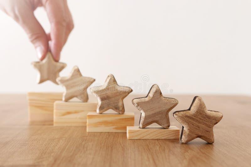 Image de concept d'affaires de fixer un but de cinq étoiles augmentez l'id?e d'estimation ou de rang, d'?valuation et de classifi photographie stock