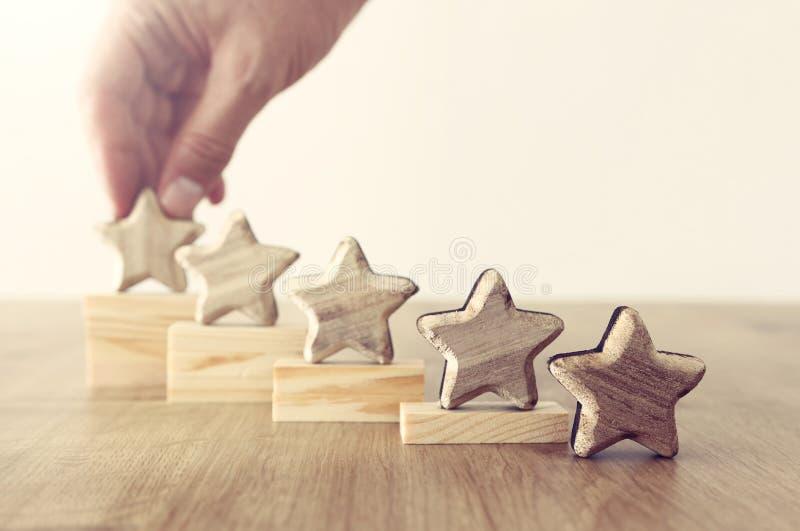 Image de concept d'affaires de fixer un but de cinq étoiles augmentez l'id?e d'estimation ou de rang, d'?valuation et de classifi photo stock