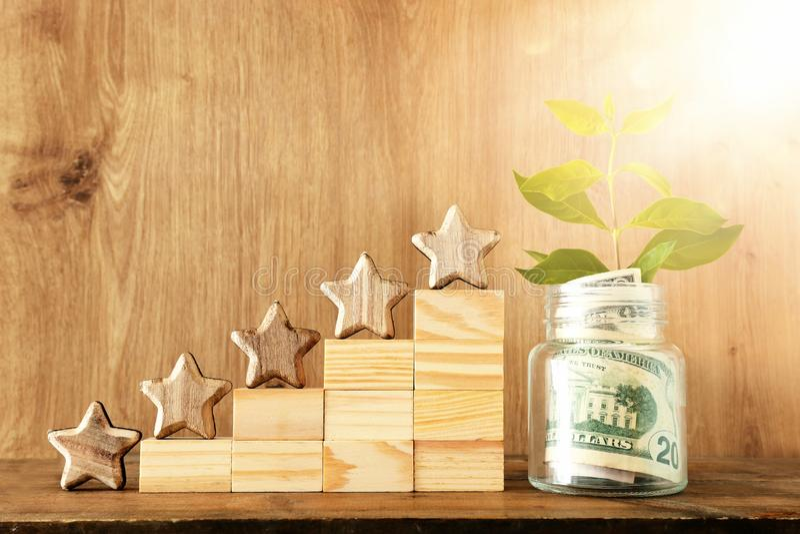 Image de concept d'affaires de fixer un but de cinq étoiles estimation ou rang d'augmentation, évaluation, investissement d'argen images stock