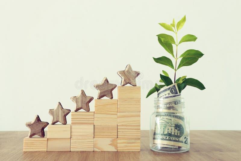 Image de concept d'affaires de fixer un but de cinq étoiles estimation ou rang d'augmentation, évaluation, investissement d'argen photos stock