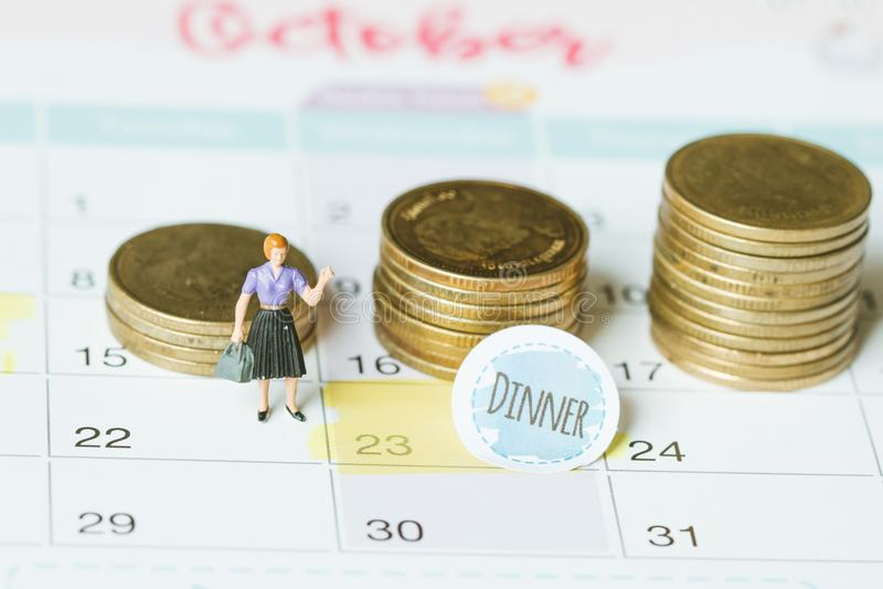 Image de concept d'un calendrier Tir de plan rapproché d'une punaise jointe Le dîner de mots écrit sur un carnet blanc pour vous  photo libre de droits