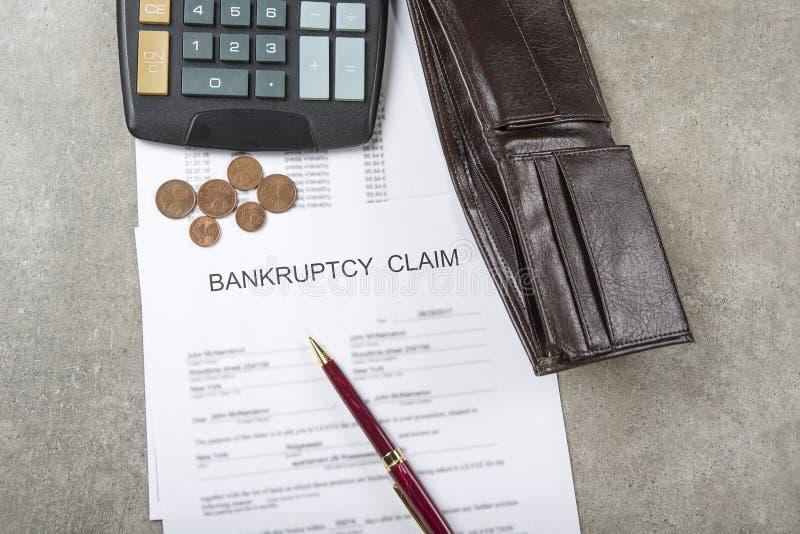 Image de concept de faillite d'un stylo, d'une calculatrice et des pièces de monnaie sur les documents financiers image stock