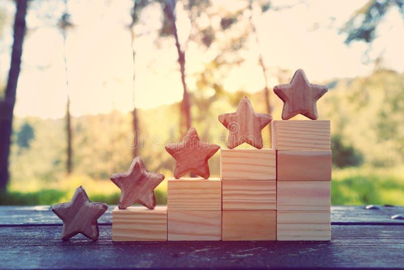Image de concept de fixer un but de cinq étoiles augmentez l'idée d'estimation ou de rang, d'évaluation et de classification images stock