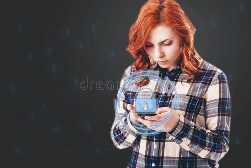 Image de concept de GDPR Règlement général de protection des données, la protection des données personnelles femme avec le téléph photos stock
