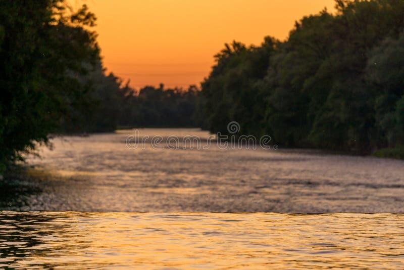 Image de couleurs se reflétantes de rivière pendant le coucher du soleil photographie stock libre de droits