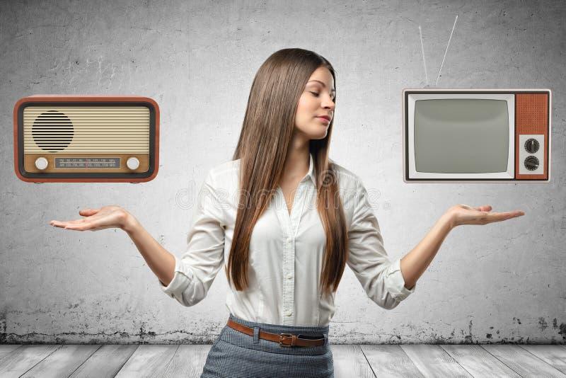 Image de culture de jeune belle femme d'affaires, de mains sur des côtés, de paumes faisant face, de rétro poste radio faisant de photos stock