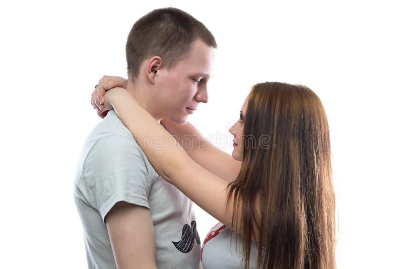 Image de deux adolescents étreignants heureux photos stock