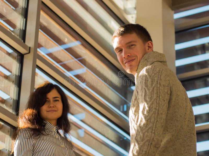 Image de deux jeunes entrepreneurs se tenant et souriant dans le bureau Commencez le concept d'équipe photographie stock libre de droits