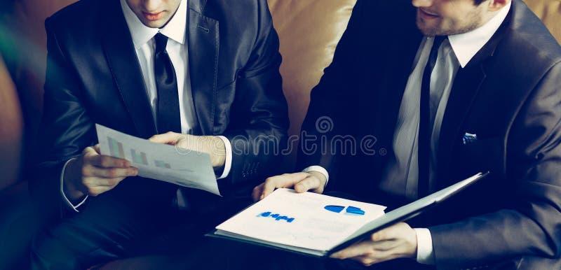 Image de deux jeunes hommes d'affaires discuter le projet lors d'une réunion photo libre de droits