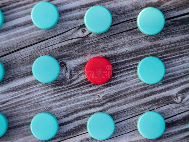 Image de différents chapeaux en plastique colorés sur le fond en bois photos libres de droits