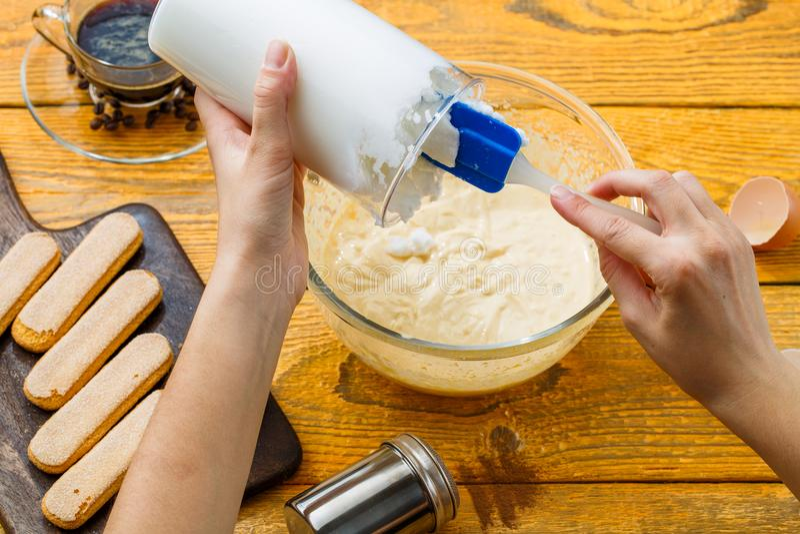 Image de faire cuire le tiramisu, mains humaines avec la truelle culinaire image stock