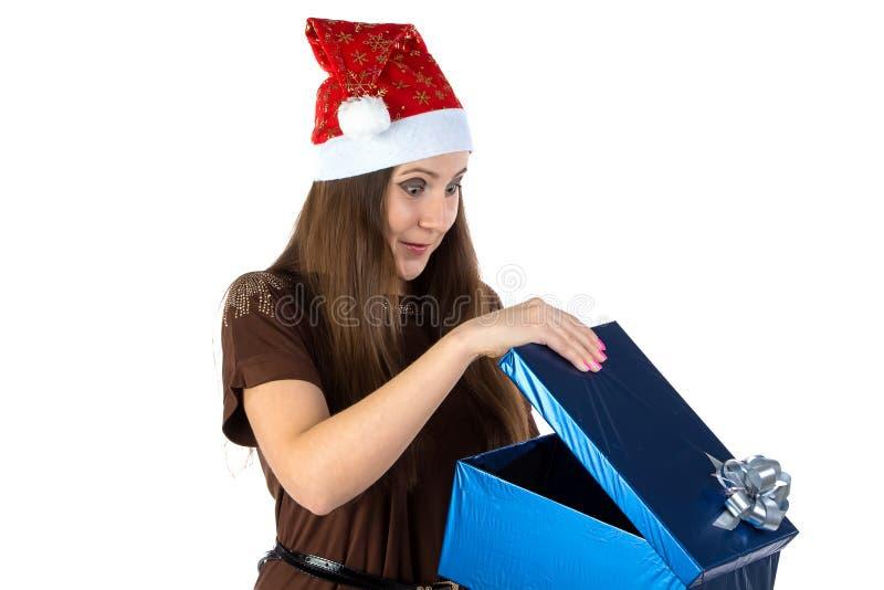 Image de femme étonnée avec le présent images stock
