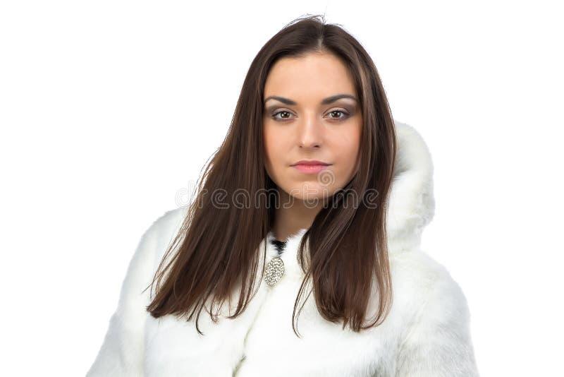 Image de femme mignonne dans le manteau de fourrure blanc photographie stock libre de droits