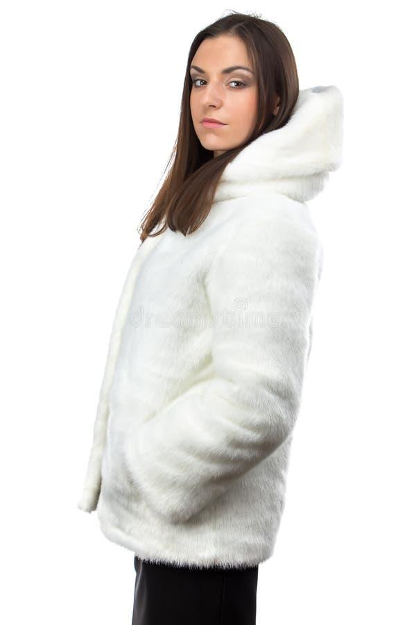 Image de femme mignonne dans le manteau de fourrure blanc - profil photo stock