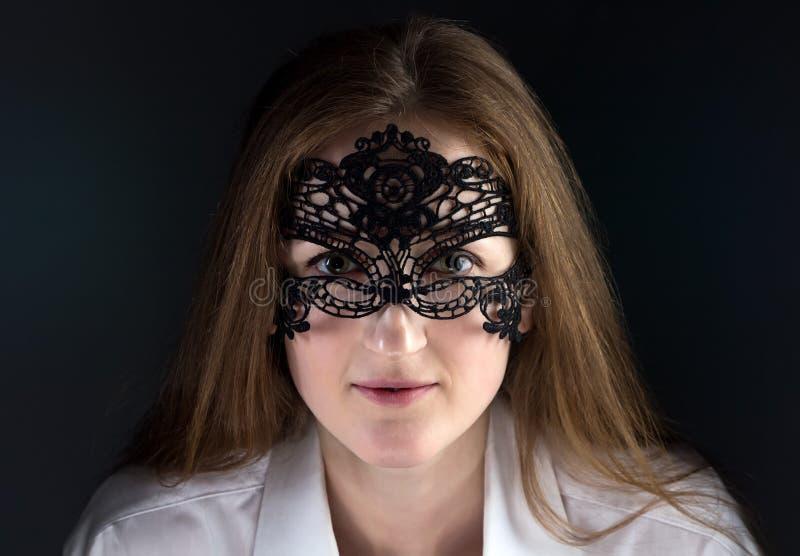 Image de femme mignonne dans le masque de dentelle photo stock