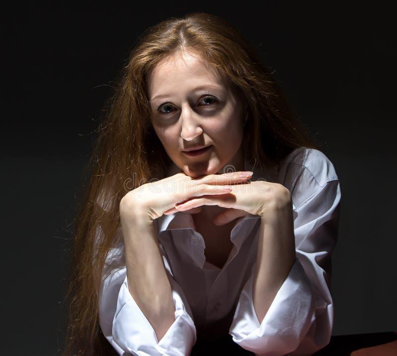 Image de femme penchée sur la table photos libres de droits