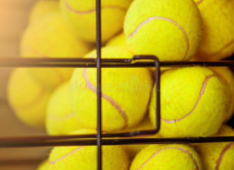 Image de fin vers le haut de la vue des boules dans le panier sur le court de tennis d'argile Foyer sur des boules photos stock
