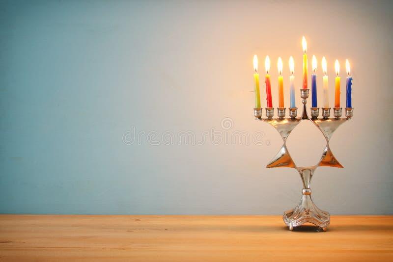 Image de fond juif de Hanoucca de vacances avec le menorah (candélabres traditionnels) et les bougies brûlantes images stock