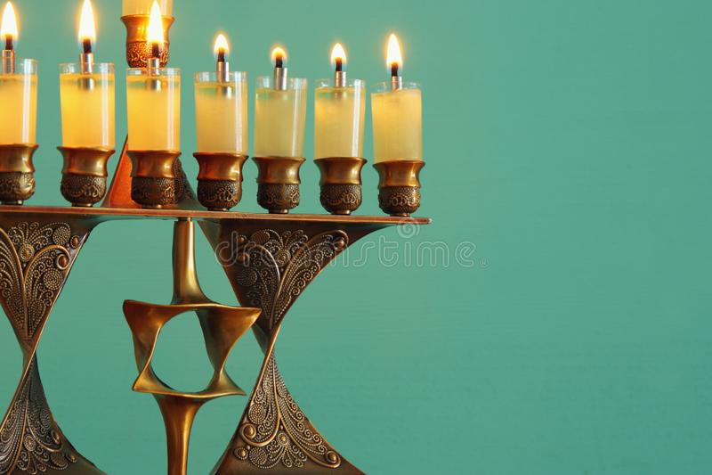Image de fond juif de Hanoucca de vacances avec le menorah et le x28 ; candelabra& traditionnel x29 ; et bougies brûlantes photos libres de droits